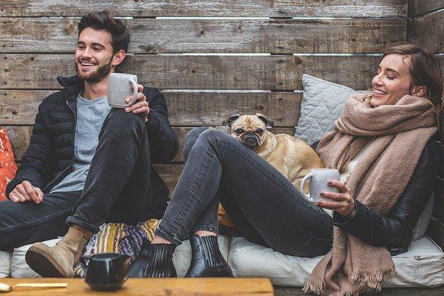 pareja feliz en una consulta de psicología